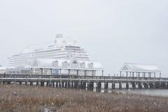 Bateau de Crystal Serenity accouplé dans une tempête de neige Photo libre de droits