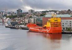 Bateau de délivrance de plate-forme pétrolière dans le port de Stavanger Images libres de droits