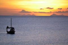 Bateau de dhaw au coucher du soleil Photo stock