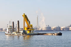 Bateau de drague fonctionnant dans le port Photographie stock libre de droits