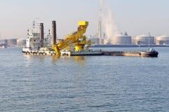 Bateau de drague fonctionnant dans le port Photographie stock