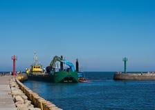 Bateau de dragueur dans le port photos stock