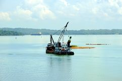 Bateau de dragueur travaillant aux eaux de canal de Panama image stock