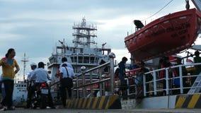 Bateau de embarquement de personnes pour escroquer l'île de Dao Homme avec l'arrivée de motocyclette, la main de ondulation de fe banque de vidéos