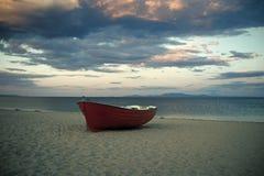 Bateau de Fishermens au littoral, sur le sable au coucher du soleil avec la mer de horisont sur le fond Concept de voyage et de r Photo libre de droits