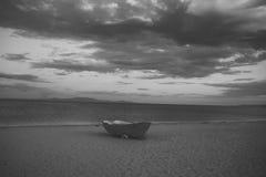 Bateau de Fishermens au littoral, sur le sable au coucher du soleil avec la mer de horisont sur le fond Fond de mer avec les vagu Photos libres de droits