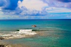Bateau de Fishig en mer Image stock