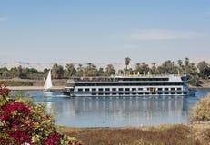 Bateau de fleuve du Nil conduisant à vitesse normale par Luxor Photo libre de droits