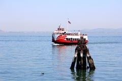 Bateau de flotte quittant le dock du pilier 43 avec la pile en bois Images stock