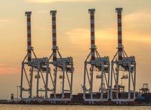 Bateau de fret de cargaison de conteneur avec le pont fonctionnant en grue dans le shipya images stock