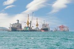 Bateau de fret de cargaison de conteneur avec le pont fonctionnant en grue dans le shipya Photo libre de droits