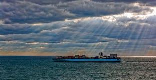 Bateau de fret de récipient en mer photo libre de droits