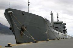 Bateau de guerre dans le port attaché par le dock Image libre de droits