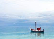 Bateau de l'amour dans l'océan Images libres de droits