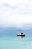 Bateau de l'amour dans l'océan Image stock