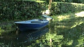 Bateau de l'eau d'été de lac river banque de vidéos
