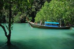 Bateau de lagune et de longue queue Photographie stock libre de droits