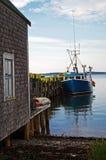 Bateau de langoustine au dock Images stock