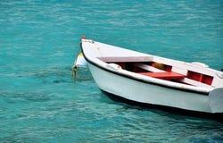 Bateau de ligne blanc dans l'eau bleue claire Photographie stock libre de droits