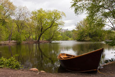 Bateau de ligne sur le lac Photos libres de droits