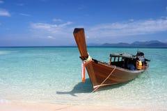 Bateau de long arrière sur la mer d'Andaman Photographie stock libre de droits