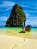 Bateau de long arrière sur la plage, Thaïlande Image stock