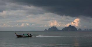 Bateau de Longtail contre le ciel orageux Mook de KOH thailand Photographie stock