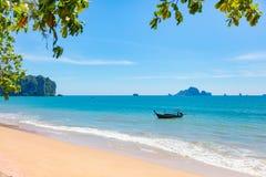 Bateau de Longtail en mer à la plage d'Aonang Photo libre de droits