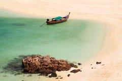 Bateau de Longtail sur la côte de plage, Thaïlande Photos stock