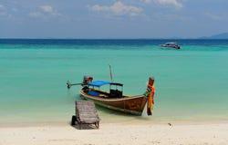 Bateau de Longtail sur la plage de pinces de Laem Image libre de droits