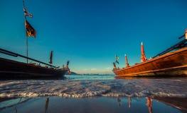 Bateau de Longtale à la plage thaïlandaise Endroit de plage de sable de Paradice Bateaux sur l'eau claire et le ciel bleu de leve Photographie stock libre de droits
