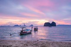 Bateau de longue queue en mer Photos libres de droits