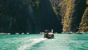 Bateau de longue queue entrant dans la lagune de baie de Maya sur une eau clair comme de l'eau de roche banque de vidéos