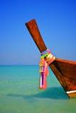 Bateau de longue queue sur une plage tropicale Photo libre de droits