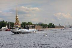 Bateau de météore sur Neva River St Petersburg Russia Photographie stock