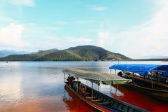 Bateau de Mae Ngat Somboon Chon Dam Photographie stock