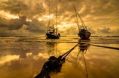 Bateau de mer de pêche et lever de soleil Photographie stock libre de droits