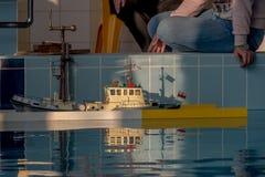Bateau de modèle d'échelle de RC aux concours Photos stock