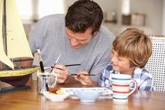 Bateau de modèle de peinture de père et de fils Photo libre de droits