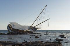 Bateau de navigation échoué sur les roches images libres de droits