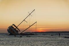 Bateau de navigation échoué sur les roches photo libre de droits