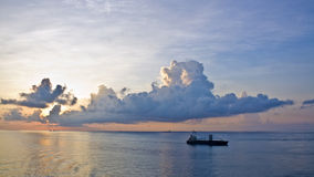 Bateau de navigation au coucher du soleil Photos libres de droits