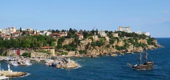Bateau de navigation au port d'Oldtown d'Antalya - Kaleici, en Turquie Photo libre de droits