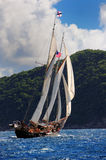 Bateau de navigation dans les Caraïbe Image stock