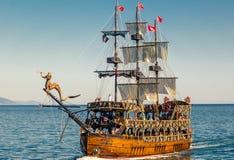 Bateau de navigation de bateau de plaisance décoré en tant que pirate photo libre de droits