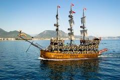 Bateau de navigation de bateau de plaisance décoré en tant que pirate images stock