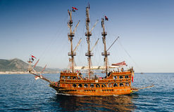 Bateau de navigation de bateau de plaisance décoré en tant que pirate images libres de droits
