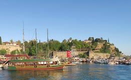 Bateau de navigation de classe de Gulet quittant le port d'Antalyas Oldtown dans Kaleici Photos libres de droits