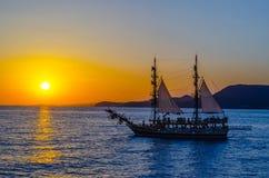 bateau de navigation Deux-mâté sur le fond du coucher de soleil Image libre de droits