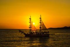 bateau de navigation Deux-mâté sur le fond du coucher de soleil Photo libre de droits